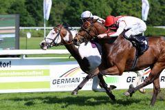Knapp, aber gewonnen: Der erste Sieg für Silvery Moon mit Andrasch Starke (innen) am 10.05.2015 in Köln. Foto: Dr. Jens Fuchs