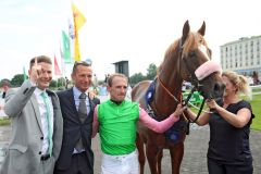 Sisfahan mit Andrasch Starke, Racingmanager Holger Faust (links) und Trainer Henk Grewe nach dem Sieg im IDEE 152. Deutschen Derby. ©galoppfoto - Frank Sorge