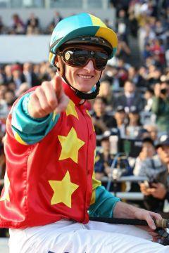 So sehen Sieger aus: Zachary Purton nach der Erfolg in der  Longines Hong Kong Mile mit Ambitious Dragon. www.galoppfoto.de - Frank Sorge