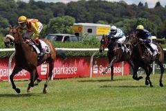 Soyeux kommt bei ihrem zweiten Start zu einem souveränen ersten Lebenssieg. www.galoppfoto.de - Stephanie Gruttmann