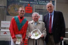 Turflegende Hein Bollow (94) und Rennvereinspräsident Hans-Martin Schlebusch (rechts) gratulierten Andrasch Starke (links) zum Triumph mit Hot Beat. www.muelheim-galopp.de - Redaktion MSPW