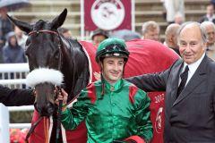 Stolzer Besitzer: H.H. Karim Aga Khan mit Dalkala und Jockey Christophe Lemaire nach dem Erfolg im Prix de Royallieu 2012. www.galoppfoto.de - Frank Sorge
