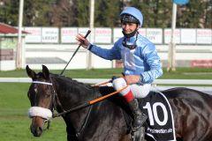 Strahlender Jockey - René René Piechulek freut sich über seinen 1. Gr. I-Sieg mit der 27,3:1-Außenseiterin Sunny Queen. www.galoppfoto.de - WiebkeArt