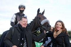Sunny Queen mit Rene Piechulek und Besitzer Stefan Hahne nach dem Listensieg in Hannover. www.galoppfoto.de - Frank Sorge