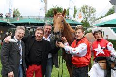 Tahira mit Koen Clijmans, Trainer Uwe Stech (links) und Besitzer Thomas John nach dem Sieg. www.galoppfoto.de - Frank Sorge