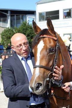 Temida mit Trainer Miltcho Mintchev nach dem Sieg im Großen Preis von Bayern, Gr. I. 2012. www.galoppfoto.de - Frank Sorge
