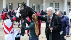 Lob vom Besitzer: Theo nach seinem ersten Sieg. Foto: Dr. Jens Fuchs