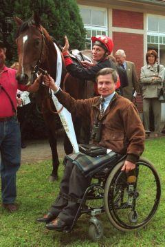 Trainer Harro Remmert mit All My Dreams und Kevin Woodburn nach dem Sieg im Großen Radeberger-Pilsner-Preis in Dresden 1995. www.galoppfoto.de