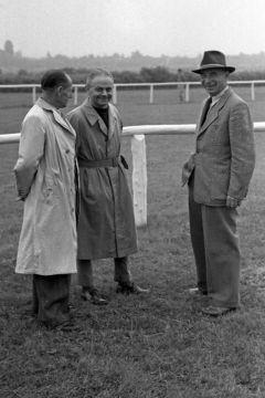 Trainer Otto Schmidt (Mitte) und Kollegen bei der Morgenarbeit auf der Galopprennbahn in Hamburg 1954. www.galoppfoto.de - Archiv Hilde Hoppe