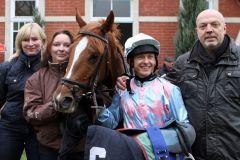 Trainerin Claudia Barsig (links) und ihr Mann Gert nehmen New Jersey mit Andre Best als Sieger in Empfang. www.galoppfoto.de - Peter Heinzmann