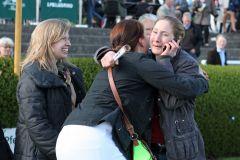 Trainerin Nina Bach (rechts) freut sich mit den Besitzern nach dem Sieg von Palomita. www.galoppfoto.de - Sabine Brose
