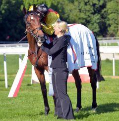 Küsschen für den Sieger Oriental Eagle von Lukas Delozier, der den ersten Gruppesieg seiner Karriere feierte. Foto: Usula Stüwe-Schmitz