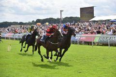 Valdermoro gewinnt die Acomb Stakes gegen Harpocrates. www.galoppfoto.de - JJ Clark