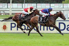 Vancuro kommt zu einem leichten Erfolg mit dem Champion im Sattel. www.galoppfoto.de - WiebkeArt