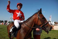 Vanessa Baltromei nach dem Sieg im Ponyrennen mit Reggae Reef in Hamburg 2010. www.galoppfoto.de
