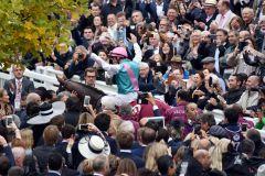 Via triumphalis für Enable und Frankie Dettori nach dem historischen Sieg in Chantilly. www.galoppfoto.de - John-James Clark