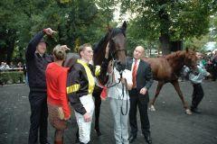Vif Monsieur mit Besitzer Frank Van Gorp, Jockey Koen Clijmans, Trainer Jens Hirschberger. Foto: Gabriele Suhr
