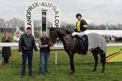 Vif Monsieur mit Besitzer Frank Maria van Gorp, Betreuerin Renate Beltermann und Jockey Coen Clijmans. Foto: Dr. Jens Fuchs