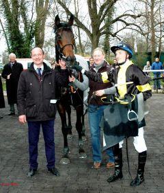 Sieger Vif Monsieur mit Trainer Sascha Smrczek, Betreuerin Renate Beltermann, Jockey Koen Clijmans. Foto: Gabriele Suhr