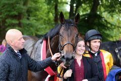 Virginia Sun weiß, wo die Kamera steht ... mit Trainer Jens Hirschberger und Jockey Adrie de Vries. Foto: Dr. Jens Fuchs