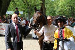 Virginia Sun mit Trainer Jens Hirschberger und Jockey Anthony Crastus im Absattelring. Foto: Dr. Jens Fuchs