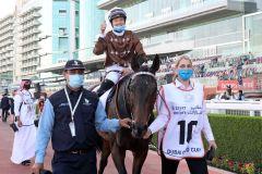 Walderbe mit Mickaelle Michel im Sattel und seiner Betreuerin  Verena Epple nach seinem 2. Platz im Dubai Gold Cup. ©galoppfoto