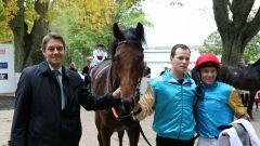 Röttgener Siegerin: Well Spoken mit Trainer Markus Klug und Jockey Adrie de Vries. Foto: Dr. Jens Fuchs