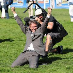 Mittlerweile gut trainierte Jubelpose: Trainer Markus Klug freut sich den Sieg durch Weltstar und das Doppel durch Destino. Foto: Dr. Jens Fuchs