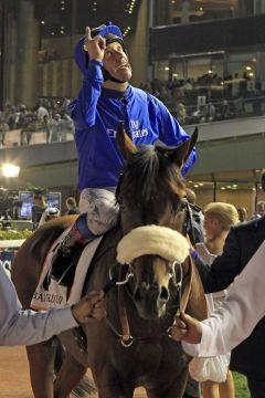 Wem dankt Frankie Dettori hier für diesen Sieg mit Opinion Poll im Dubai Gold Cup... www.galoppfoto.de