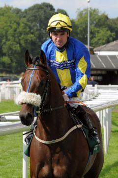 Caspar Netscher mit Robert Winston im Sattel gewinnt die Irish Thoroughbred Marketing Gimcrack Stakes. www.galoppfoto.de - John James Clark