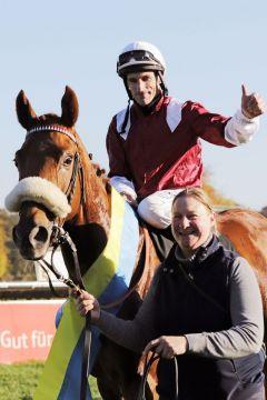 Wonderful Moon mit Andrasch Starke und Betreuerin Renate Beltermann nach dem Sieg im Herzog von Ratibor-Rennen. www.galoppfoto.de - Stephanie Gruttmann