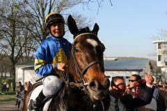"Premiere: Erster Gruppesieg für Jockey ockey Bayarsaikhan ""Encki"" Ganbat. Foto: Dr. Jens Fuchs"