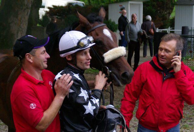 Quesada bei ihrem Maidensieg in Mülheim mit Jockey Alexander Pietsch. www.dequia.de