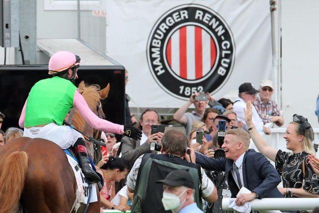Filip Minarik gratuliert Andrasch Starke zu dessen achtem Derbysieg. www.galoppfoto.de