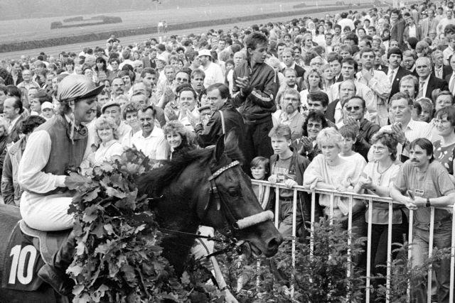 Hoppegarten, 26. Juni 1988: Angelika Glodde nach dem Derbysieg mit Sonnenblick. www.galoppfoto.de - Peter Heinzmann