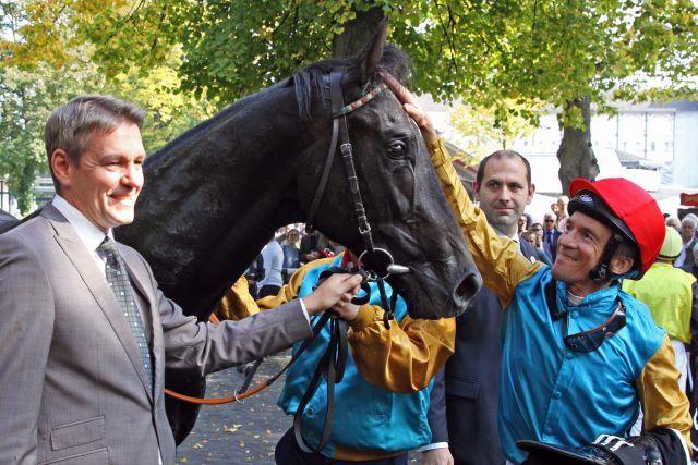Champion trainer Markus Klug (left), Champion 2yr old Erasmus and Adrie de Vries www.galoppfoto.de - Sandra Scherning