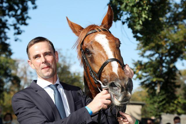 Das höchsteingeschätzte Pferd in einem deutschen Rennstall: Torquator Tasso mit Trainer Marcel Weiß. www.galoppfoto.de