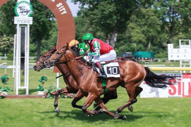 Mario (innen) gewinnt ein Derby-Trial in Bratislava. Foto: offiziell