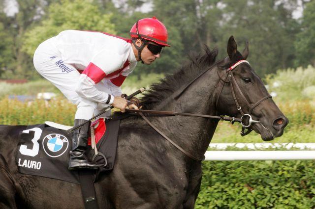 Lauro unter William Mongil beim Aufgalopp zum Derby. www.galoppfoto.de