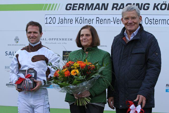 Der Kölner Rennverein verabschiedet Trainer Andreas Löwe und seine Frau Anne, ein Abschied war es auch für Andreas Suborics, der seine Jockey-Karriere beendet und den Löwe-Stall übernimmt. www.galoppfoto.de - Sandra Scherning