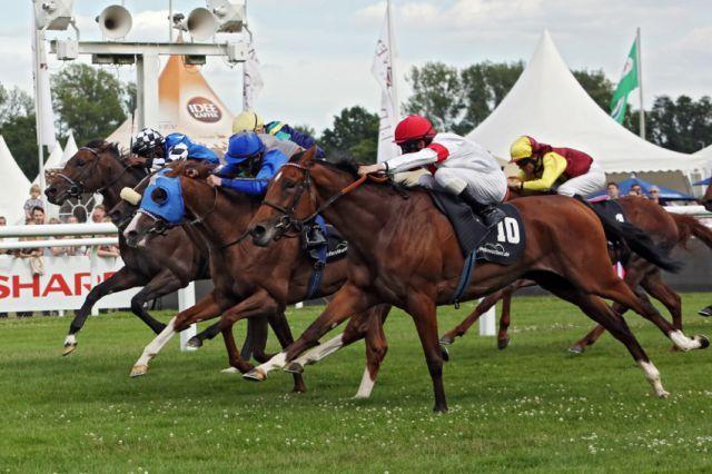 Im letzten Galoppsprung wird gewonnen. Lovelyn und Andrasch Starke (vorne in weiss-rot) holen sich den Hansa-Preis. www.galoppfoto.de