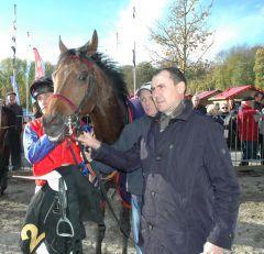 Almandin mit Trainer Wilhelm Giedt. Foto: Gabriele Suhr