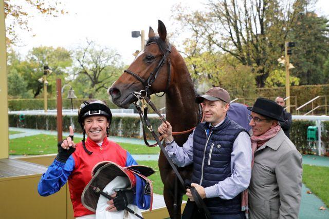 Trainer Jean-Pierre Carvalho mit seinem Schlenderhaner Gr. I-Sieger Alson und Frankie Dettori in Longchamp. Foto: Dr Jens Fuchs