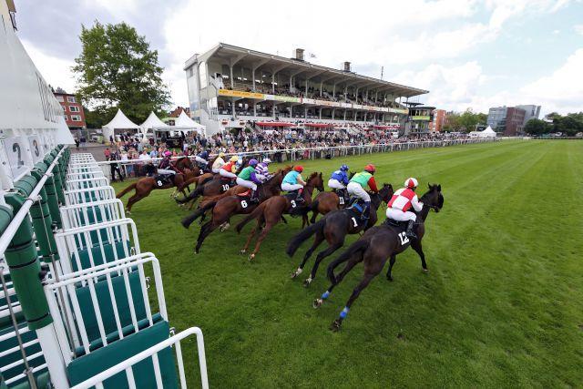 Am morgigen Samstag beginnt das Hamburger Derby-Meeting - Pferde und Jockeys beim Start. www.galoppfoto.de - Frank Sorge