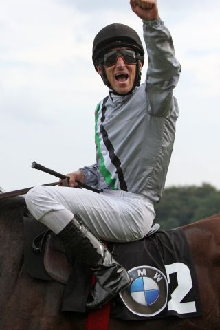 Spitzen-Jockey Andrasch Starke will am Sonntag auf der Galopprennbahn in Mülheim weitere Punkte im Kampf um das Championat sammeln. www.galoppfoto.de - Frank Sorge