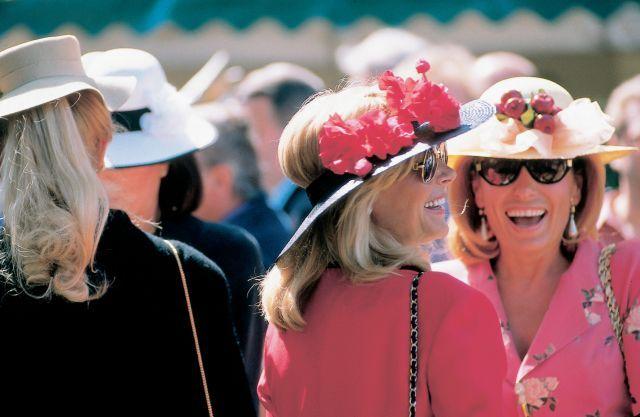 Auf der Galopprennbahn am Mülheimer Raffelberg wird am Samstag die Besucherin mit dem schönsten Hut gekürt und ausgezeichnet. Foto: Redaktion MSPW