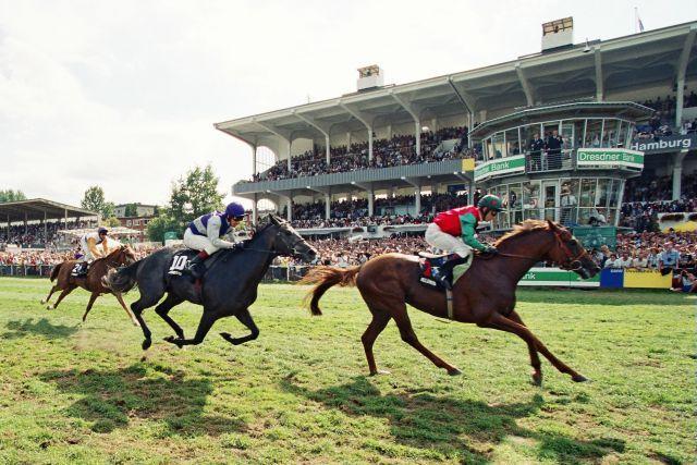 Belenus (Kevin Darley) gewinnt das Derby 1999 in Rekordzeit von  2:25,81 Minuten vor Acambaro und Flamingo Road. www.galoppfoto.de - Frank Sorge