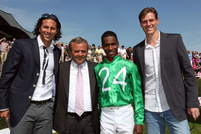 Beste Chancen auf einen Sieg hat Black Arrow aus dem Stall 24 von Tim Borowski und Claudio Pizzarro - hier mit Trainer Andreas Wöhler und Jockey Eduardo Pedroza. www.neuebult.com - Sorge