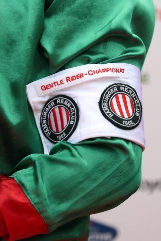 Für den Tagessieger gab es eine Armbinde. www.galoppfoto.de