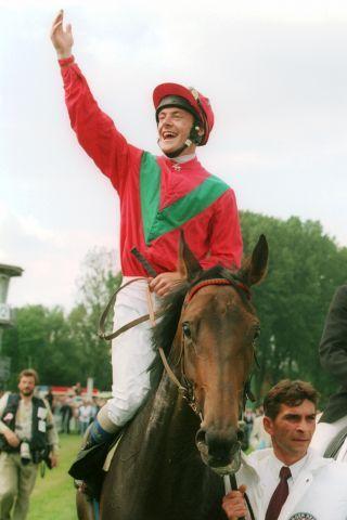 Borgia mit Jockey Olivier Peslier nach ihren Derby-Sieg 1997. www.galoppfoto.de